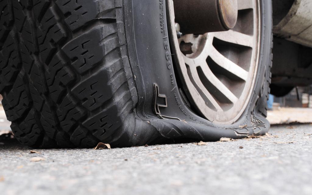 melhor maneira de consertar um pneu furado